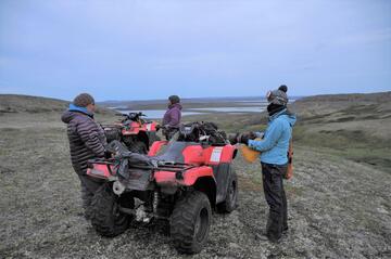 亜北極の島で現地の協力者らと調査②re.jpg